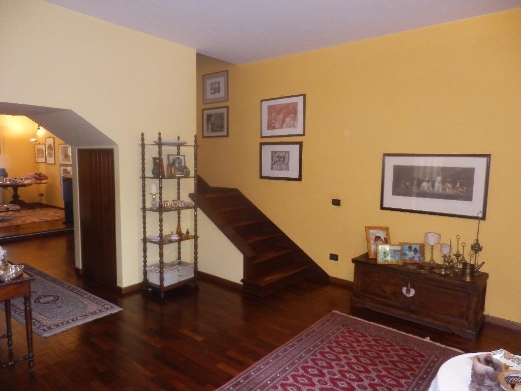 Villa Bifamiliare in vendita a Lucca, 8 locali, prezzo € 400.000   CambioCasa.it