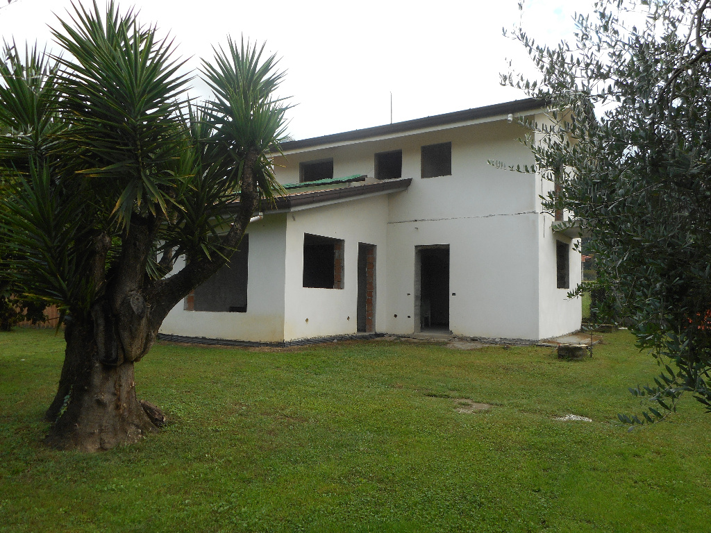Villa in vendita a Montignoso, 4 locali, prezzo € 420.000 | CambioCasa.it
