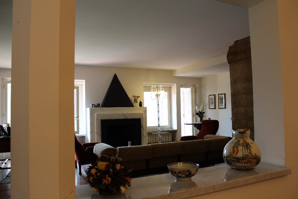 Villa in vendita a Carrara, 10 locali, Trattative riservate | CambioCasa.it