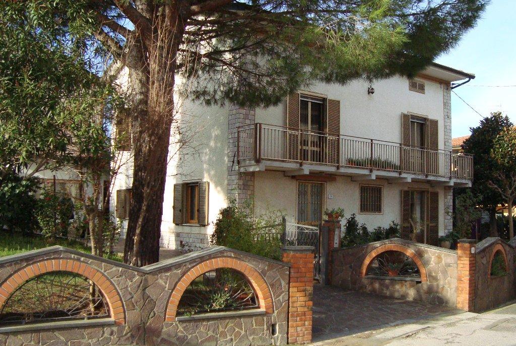 Soluzione Indipendente in vendita a Vinci, 8 locali, prezzo € 330.000 | CambioCasa.it