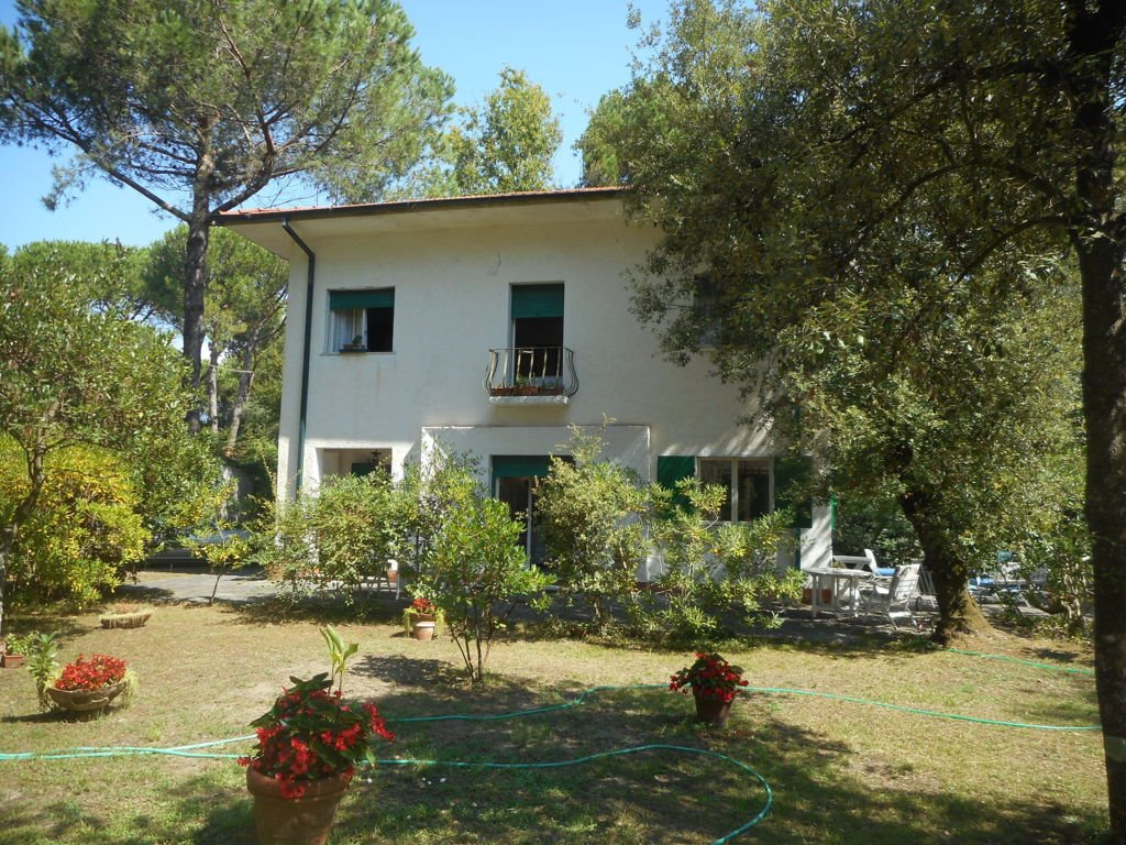 Villa in vendita a Massa, 8 locali, prezzo € 850.000 | CambioCasa.it