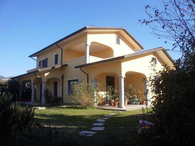 Villa in vendita a Ortonovo, 9 locali, prezzo € 640.000 | CambioCasa.it