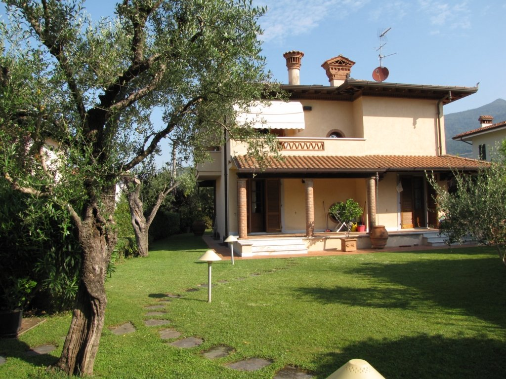 Villa in vendita a Pietrasanta, 6 locali, prezzo € 900.000   CambioCasa.it