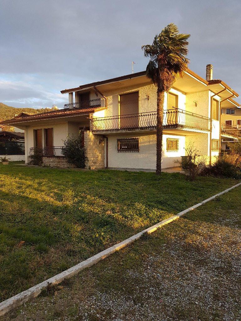 Villa in vendita a Montignoso, 10 locali, prezzo € 750.000 | CambioCasa.it