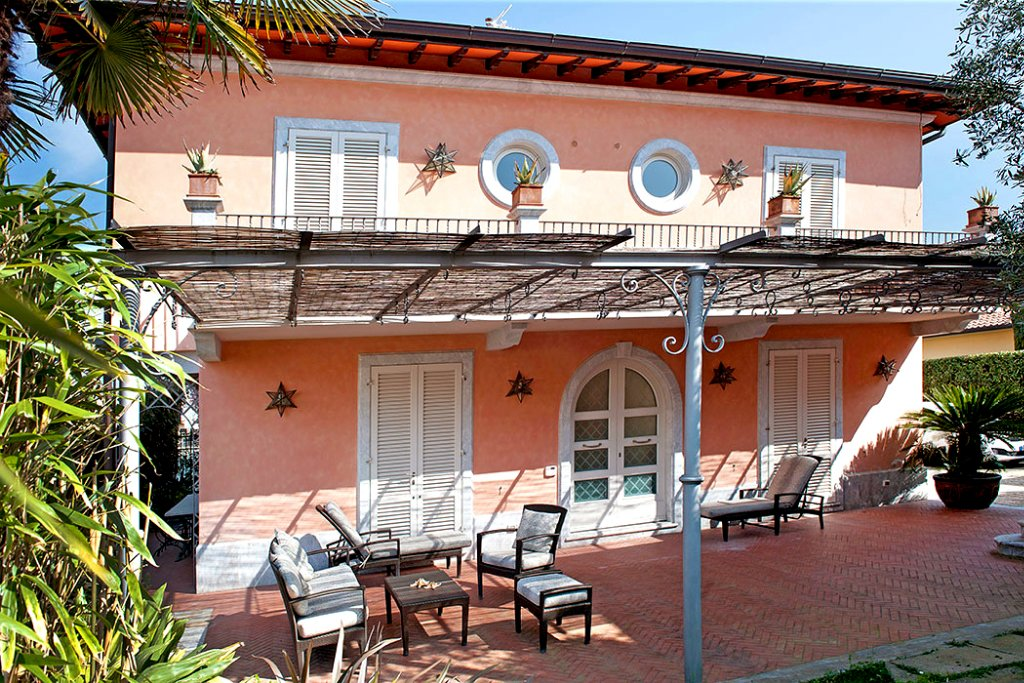 Villa for holiday rentals in Forte dei Marmi (LU)