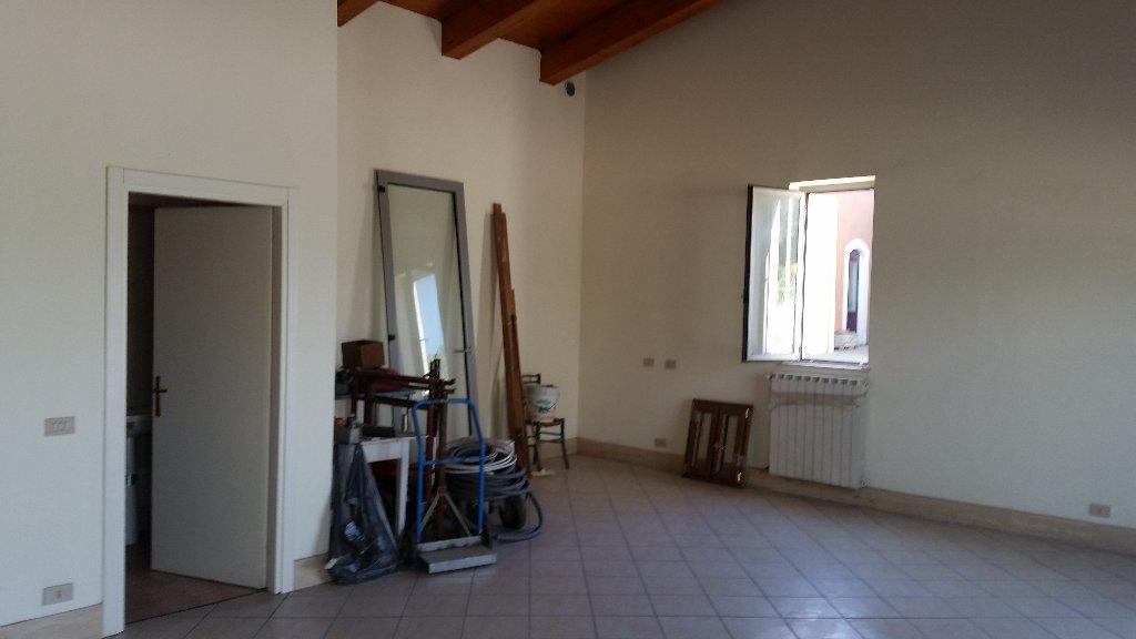 Locale comm.le/Fondo in vendita a Cascina