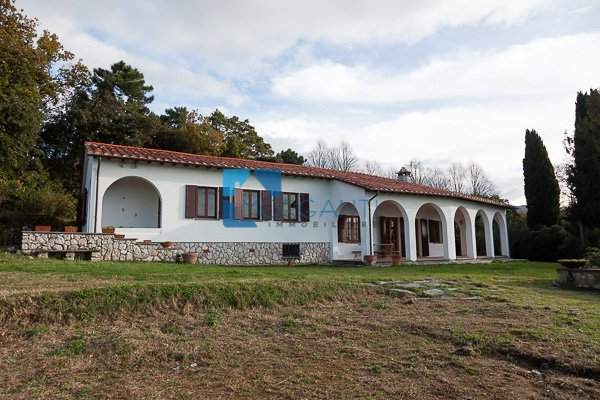 Villa in vendita a Camaiore, 7 locali, Trattative riservate | CambioCasa.it