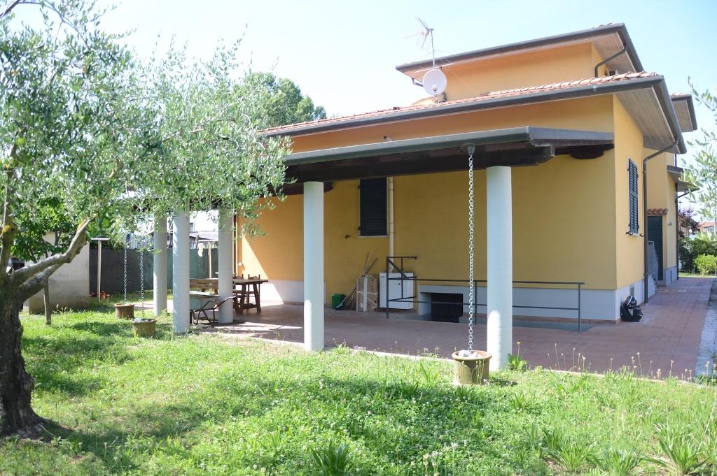 Villa Bifamiliare in Affitto a Massa