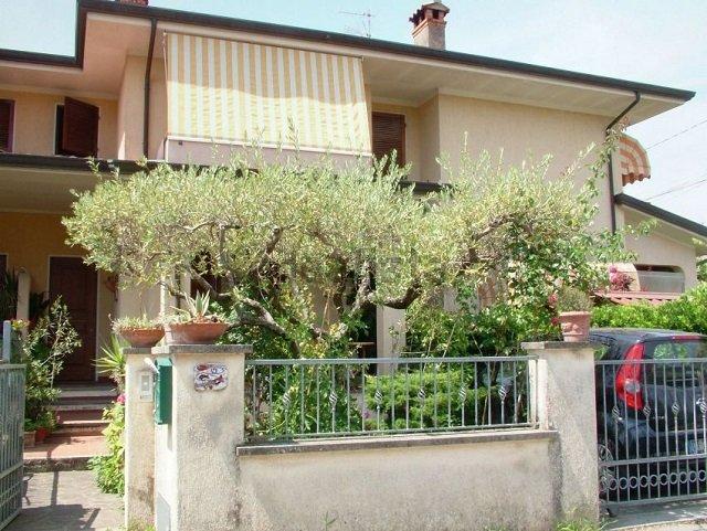 Villa a Schiera in vendita a Camaiore, 6 locali, prezzo € 269.000   CambioCasa.it