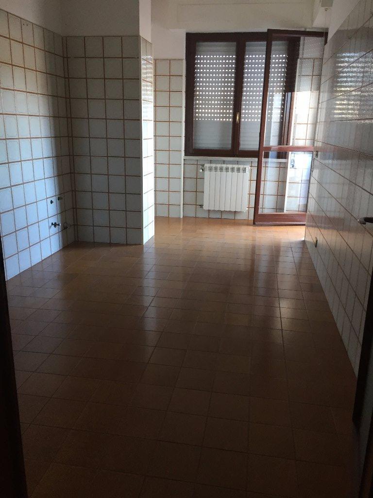 Appartamento in affitto a Carrara, 4 locali, prezzo € 900   CambioCasa.it