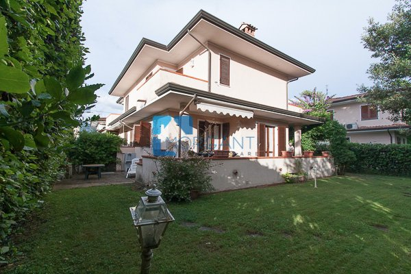 Villa Bifamiliare in Vendita a Pietrasanta