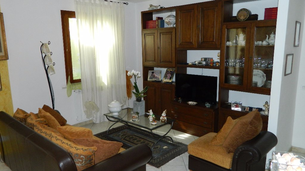 Appartamento in vendita a Ortonovo, 4 locali, prezzo € 215.000   CambioCasa.it