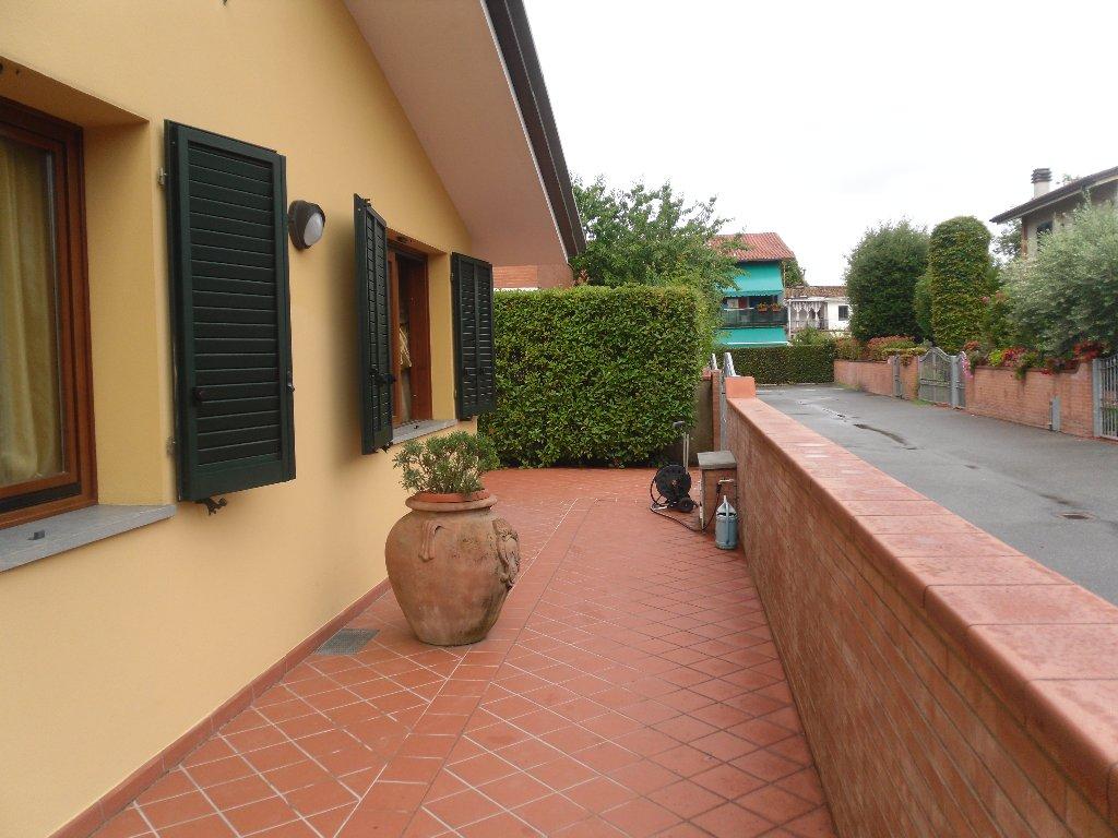 Villa in vendita a Lucca, 11 locali, prezzo € 400.000 | CambioCasa.it