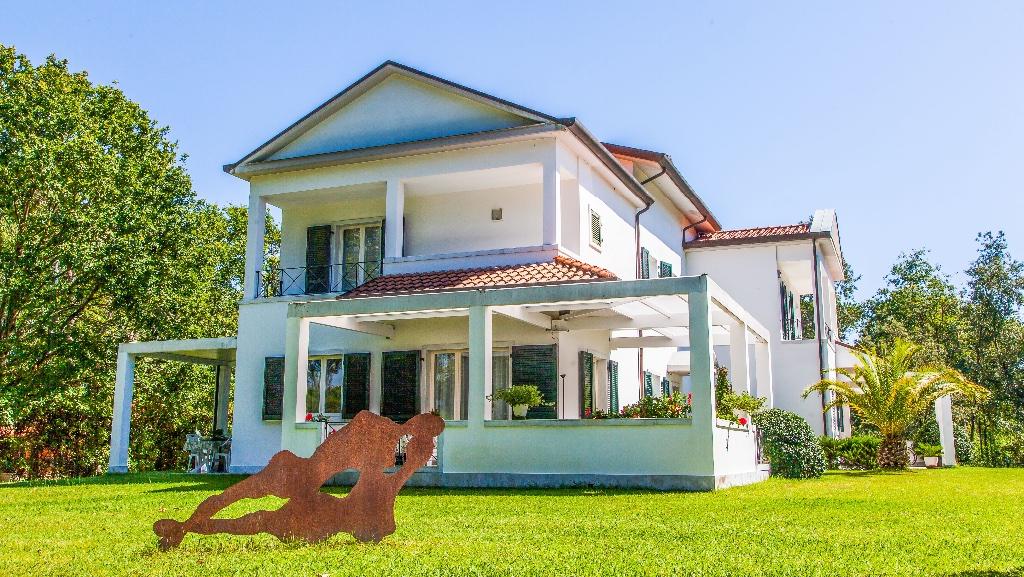 Soluzione Indipendente in vendita a Massa, 9 locali, Trattative riservate | CambioCasa.it