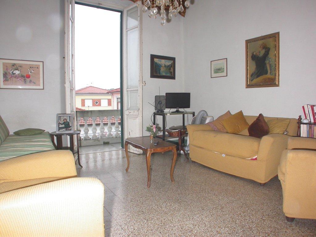 Appartamento in vendita a Camaiore, 5 locali, prezzo € 270.000 | CambioCasa.it