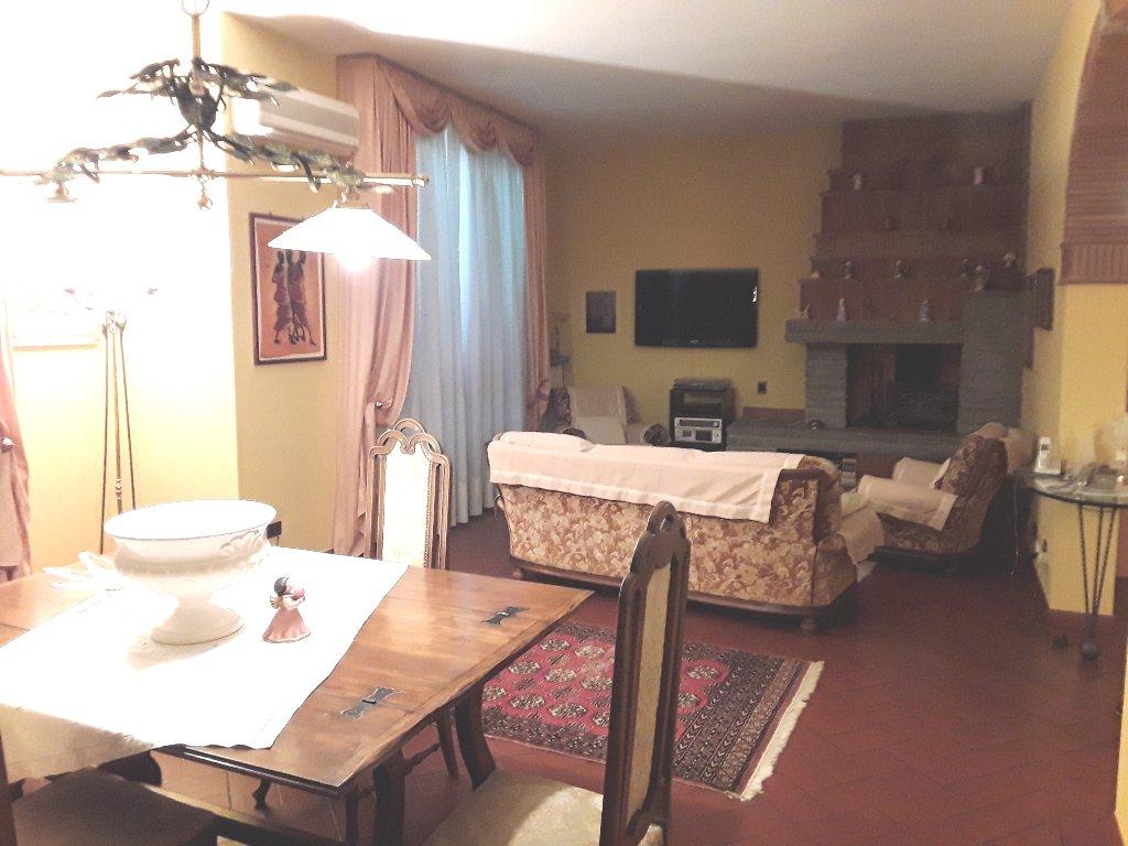 Villa in vendita a Empoli, 10 locali, prezzo € 580.000 | CambioCasa.it