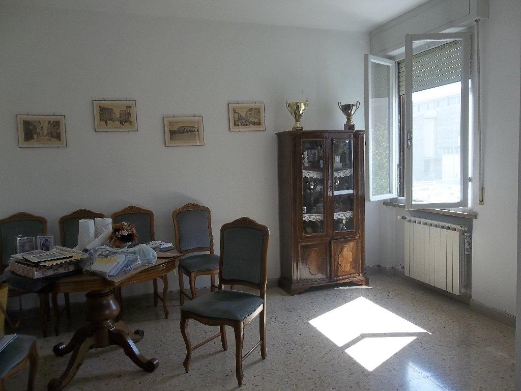 Appartamento in vendita a Pontedera, 6 locali, prezzo € 125.000 | CambioCasa.it