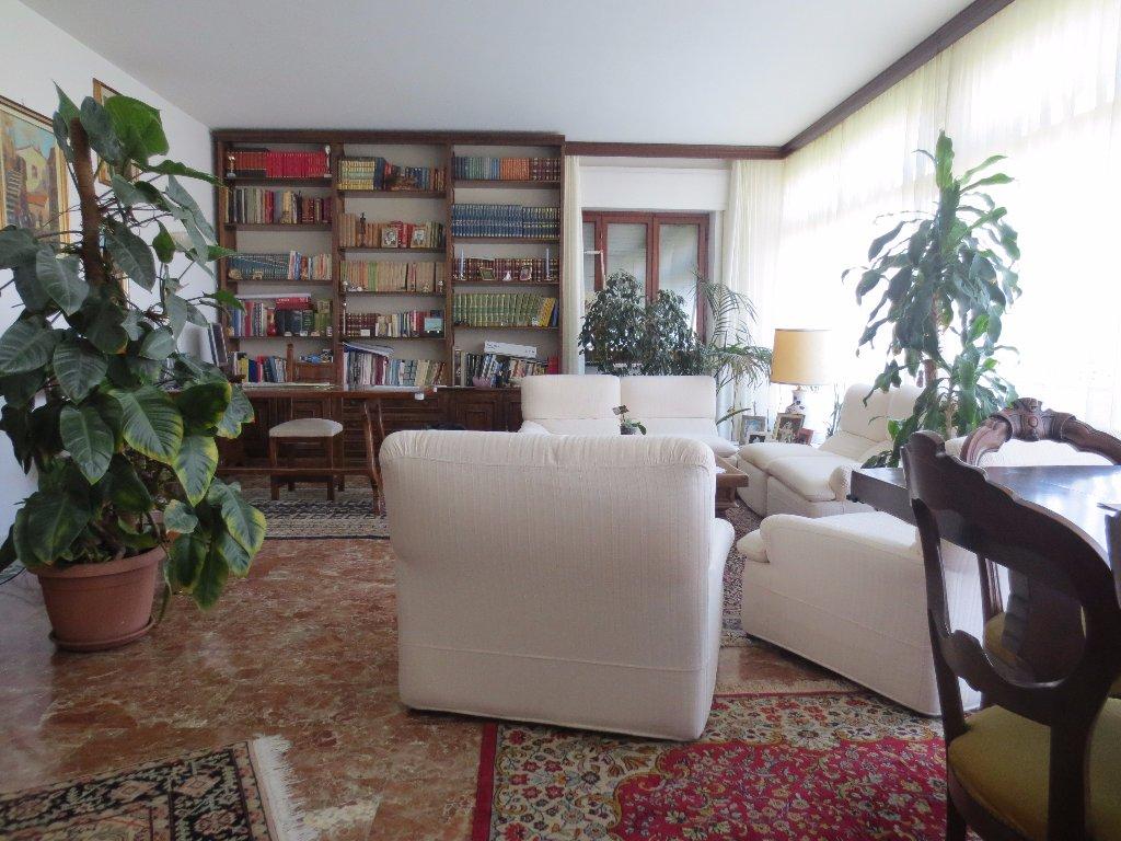 Villa in vendita a Carrara, 8 locali, prezzo € 1.200.000 | CambioCasa.it