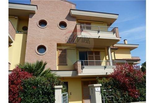 Soluzione Indipendente in vendita a Empoli, 8 locali, prezzo € 360.000 | CambioCasa.it