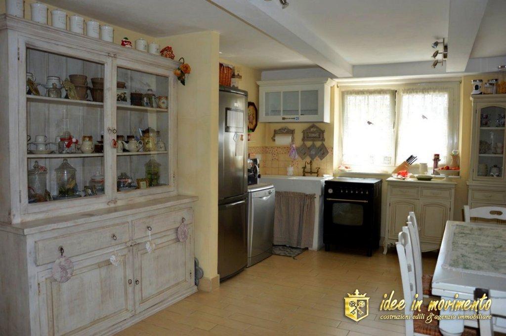 Appartamento in vendita a Massa, 4 locali, prezzo € 195.000   CambioCasa.it