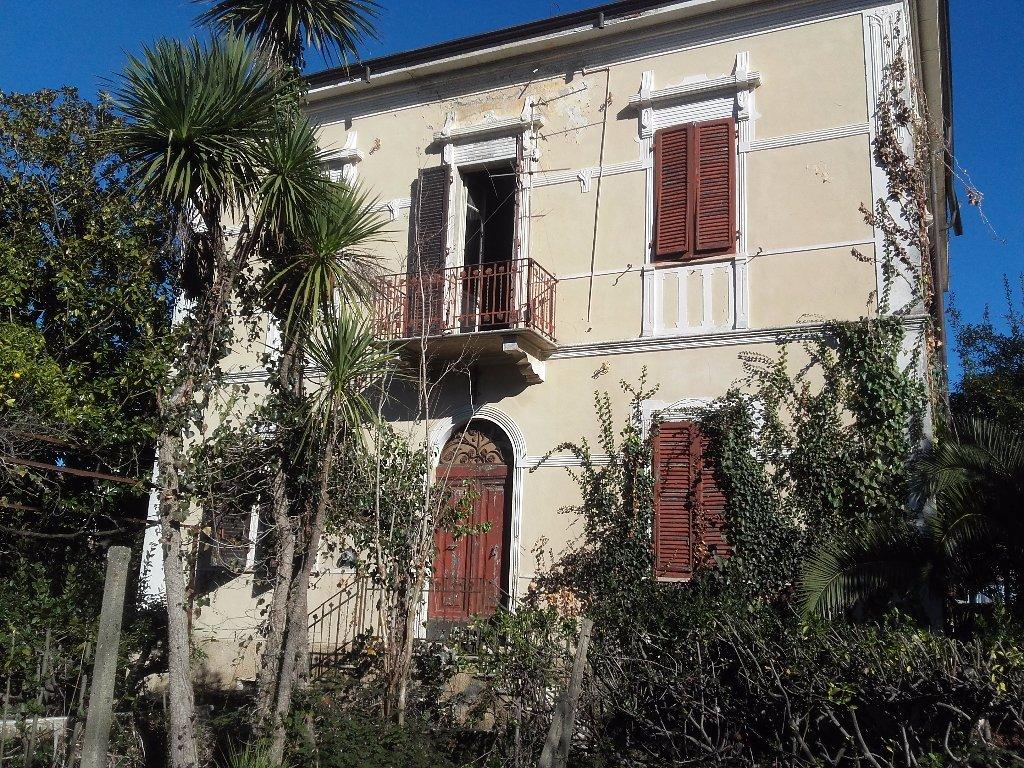 Villa in vendita a Carrara, 10 locali, prezzo € 1.500.000 | CambioCasa.it