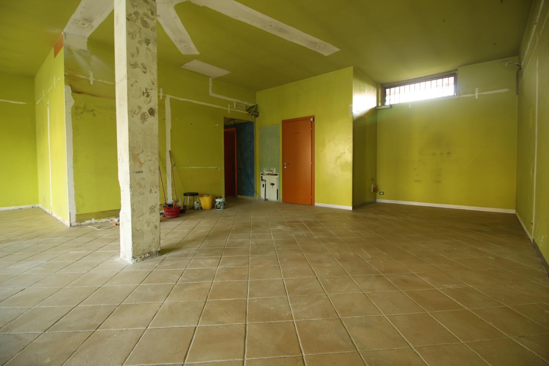 Locale comm.le/Fondo in affitto commerciale a Ortonovo (SP)