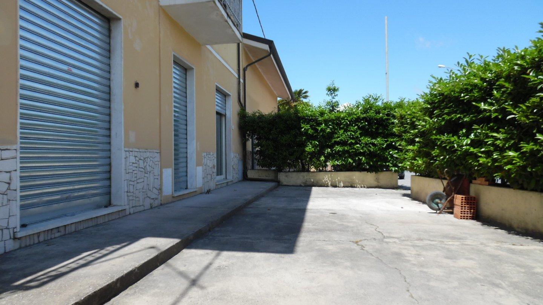 Locale comm.le/Fondo in affitto commerciale a Ricortola, Massa