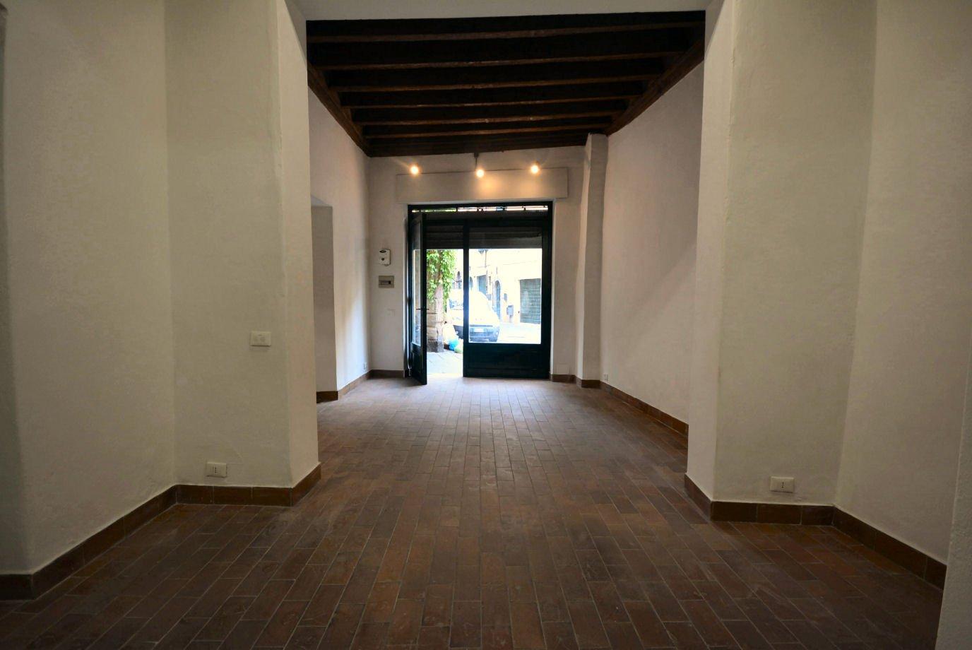 Locale comm.le/Fondo in affitto commerciale a Lucca