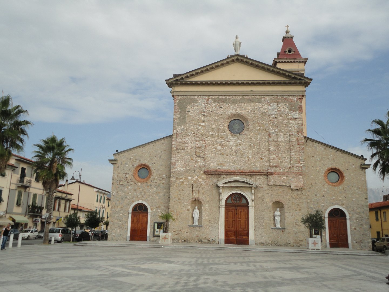 Locale comm.le/Fondo in affitto commerciale a Carrara (MS)