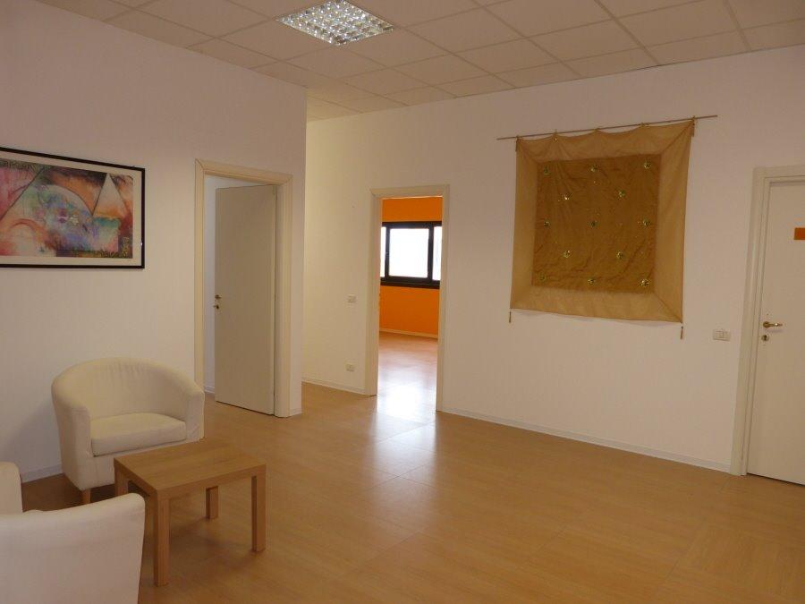 Ufficio / Studio in affitto a Colle di Val d'Elsa, 6 locali, prezzo € 1.200 | CambioCasa.it