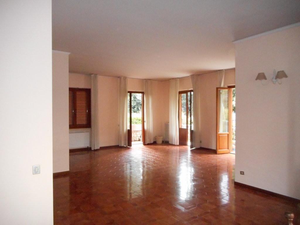Villetta bifamiliare in affitto a Massa