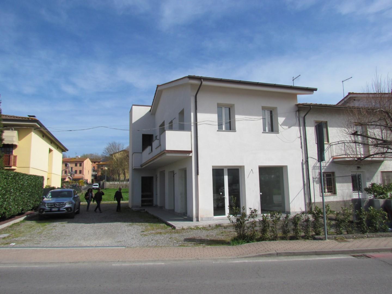 Locale comm.le/Fondo in affitto commerciale a Porcari (LU)