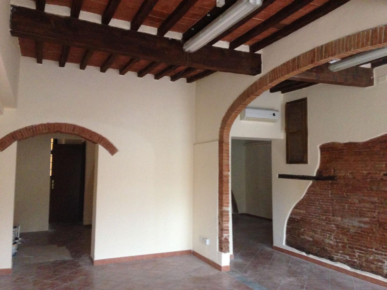 Locale comm.le/Fondo in affitto commerciale a Bientina (PI)