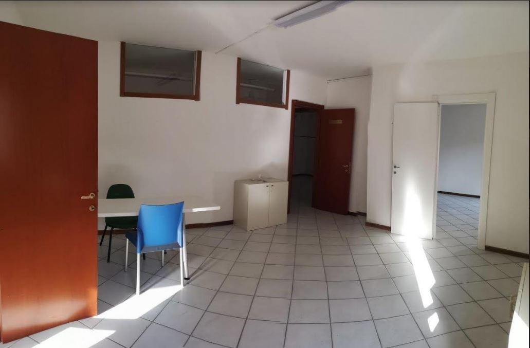 Ufficio in affitto commerciale a Marina Di Carrara, Carrara (MS)