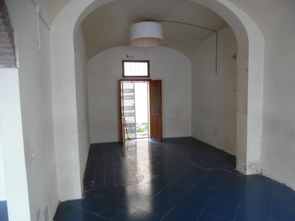 Locale comm.le/Fondo in affitto - Centro, Pontedera