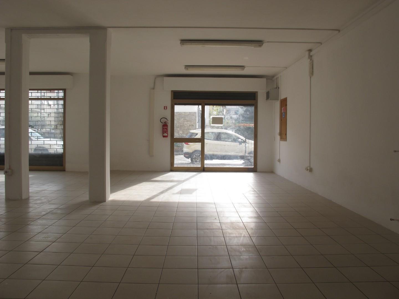 Locale comm.le/Fondo in affitto commerciale, rif. 590
