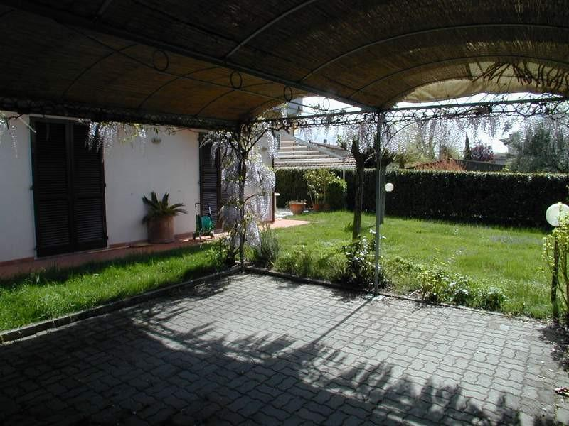 Three-family cottage for sale in Massa