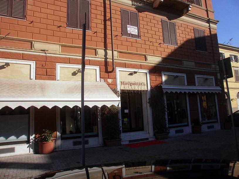 Attività commerciale in affitto commerciale a Carrara (MS)