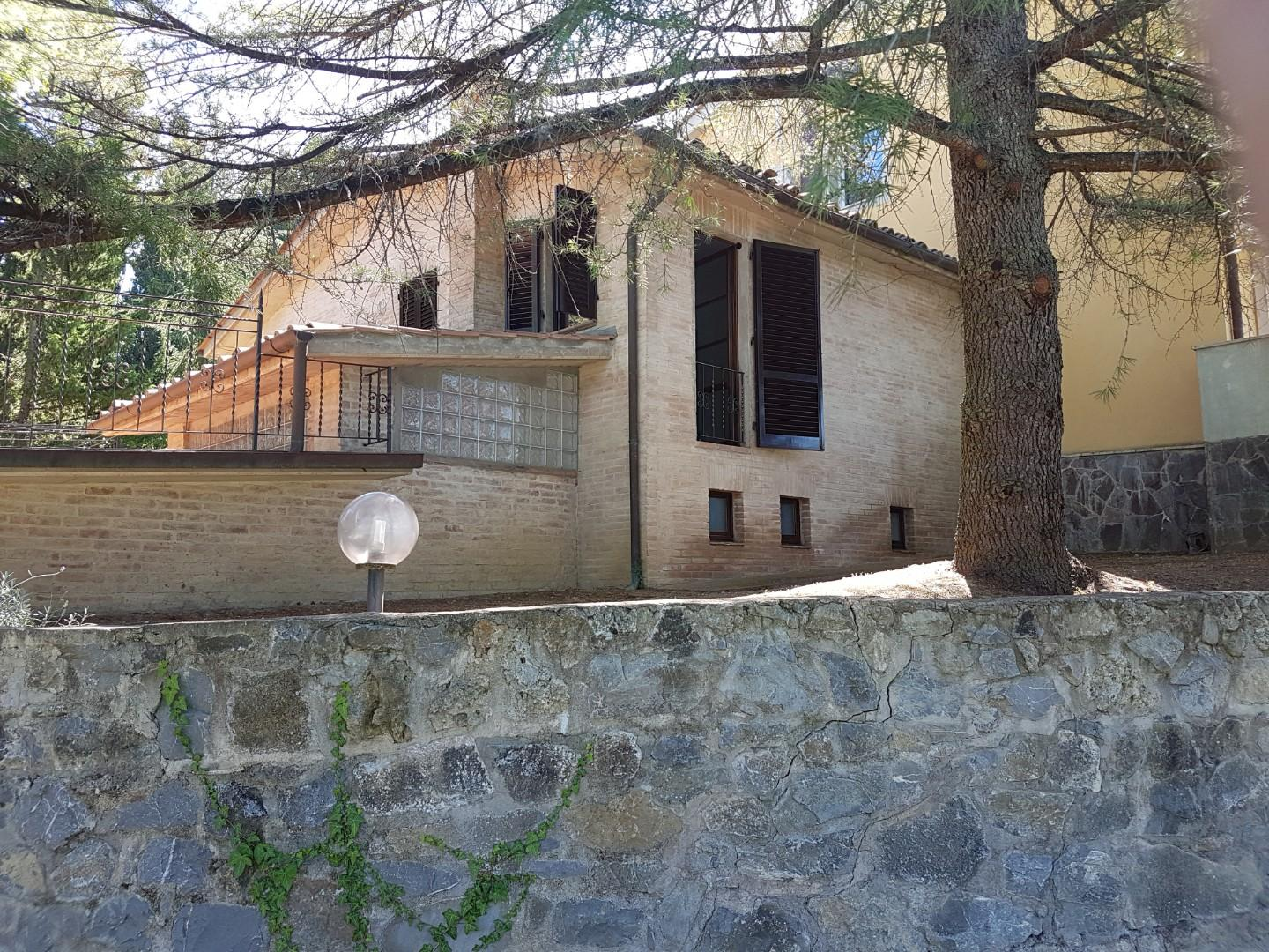 Semi-detached house for rent in Siena