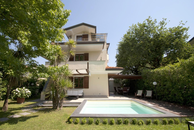 Villa for holiday rentals in Forte dei Marmi (LU)