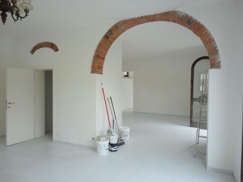 Locale comm.le/Fondo in affitto commerciale a Crespina Lorenzana (PI)