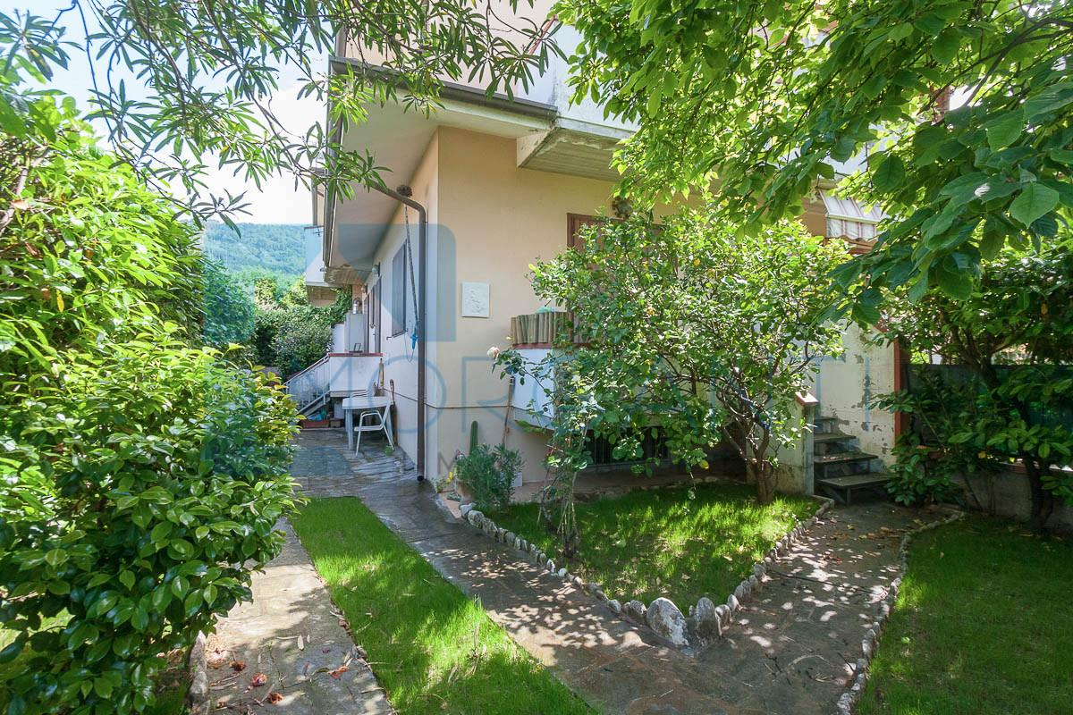 Four-family cottage for sale in Pietrasanta (LU)