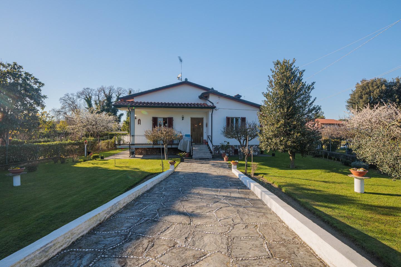 Villa for sale in Massa