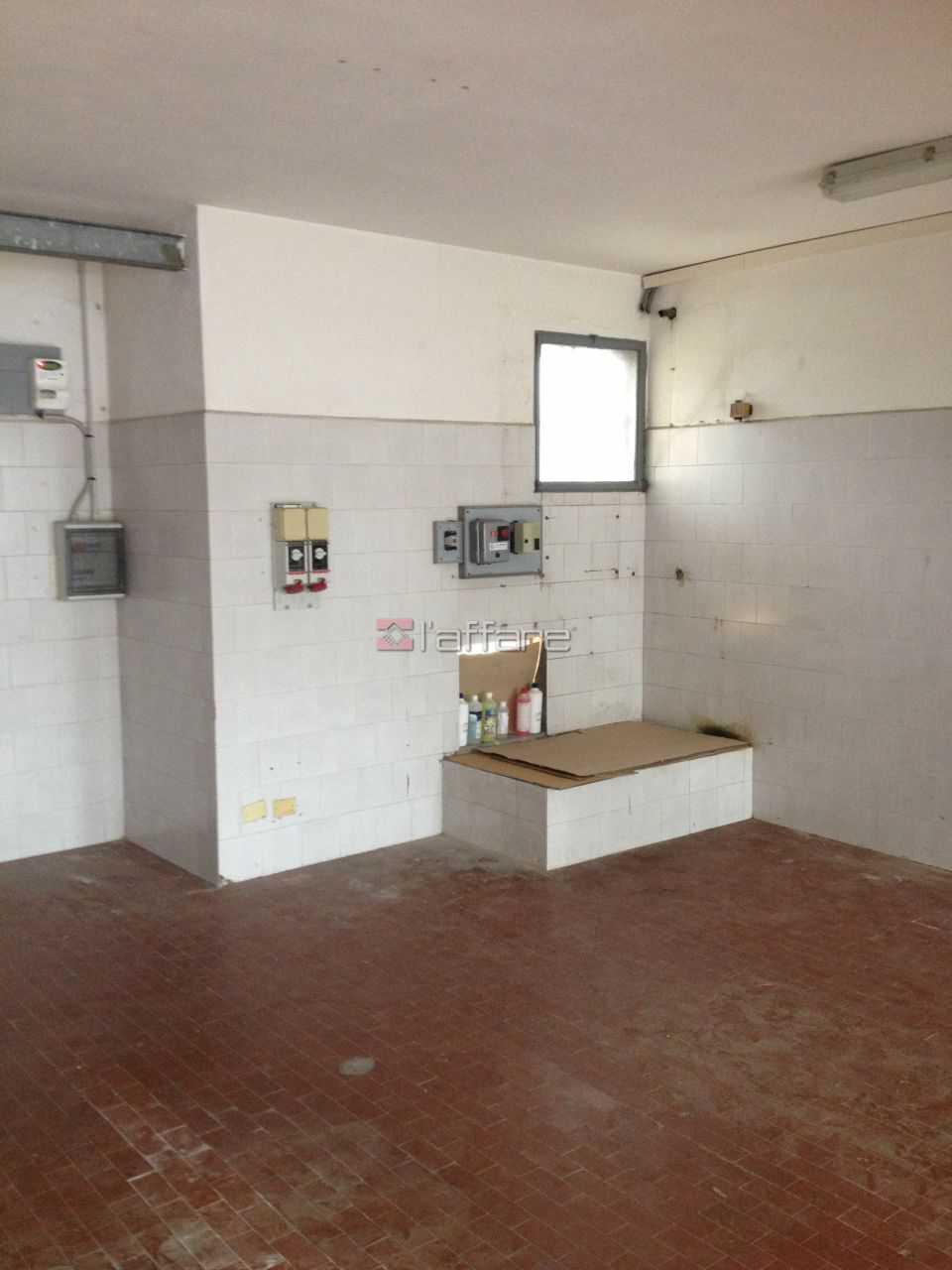 Locale comm.le/Fondo in affitto commerciale a Calcinaia (PI)
