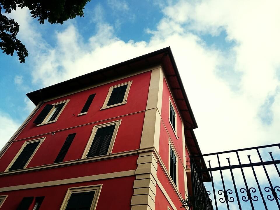 Vivere in appartamento o in una casa indipendente? Tutti i pro e i contro.