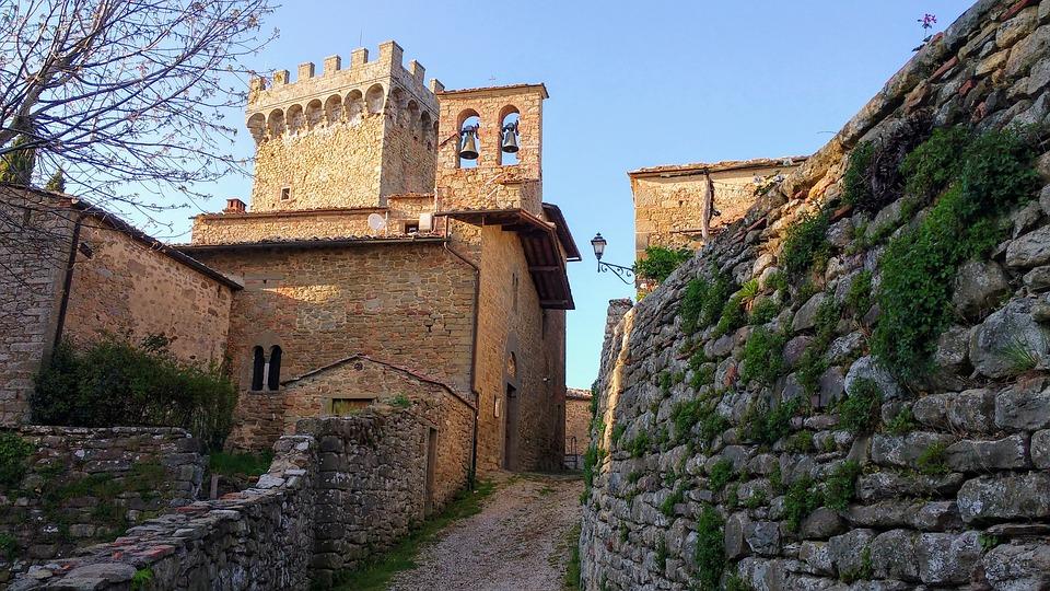 Gli acquirenti stranieri a caccia di proprietà nei piccoli borghi antichi d'Italia.