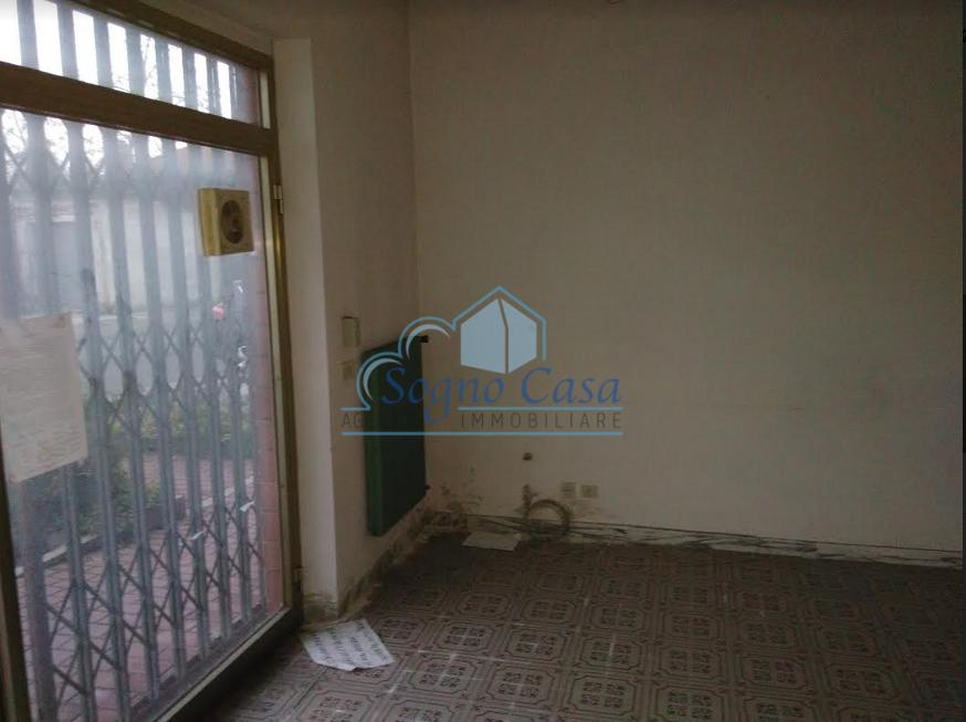 Locale comm.le/Fondo in affitto commerciale a Dogana, Luni (SP)