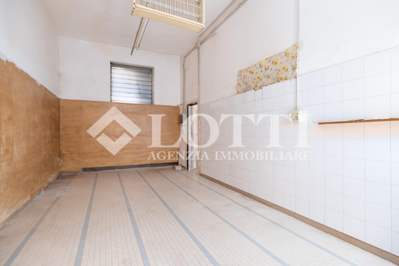 Locale comm.le/Fondo in affitto commerciale, rif. 682