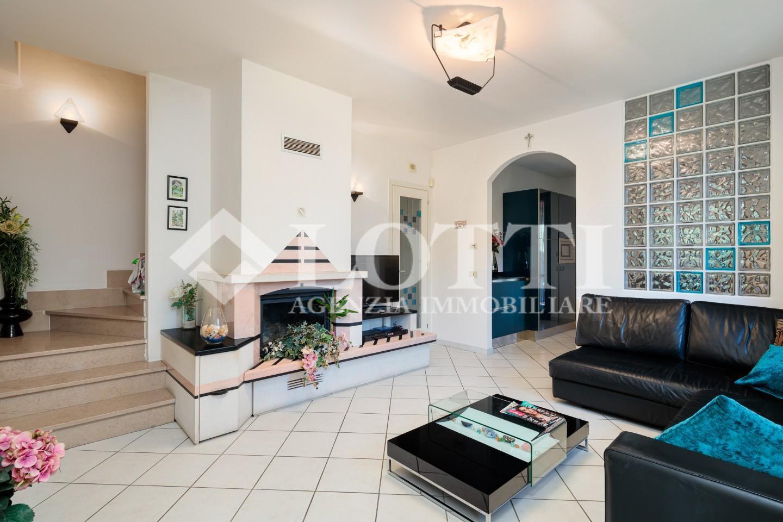 Angular terraced house for sale in Oltrarno, Calcinaia (PI)