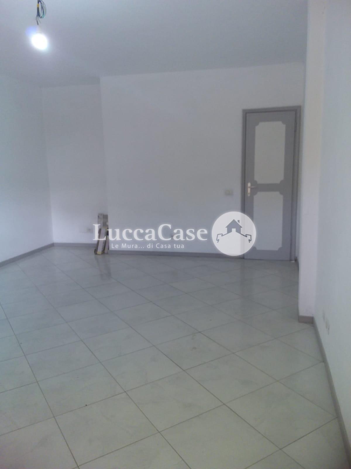 Locale comm.le/Fondo in affitto commerciale, rif. EF007R